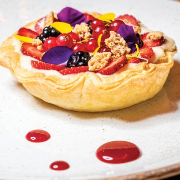 Fruit tart with custard and crumble