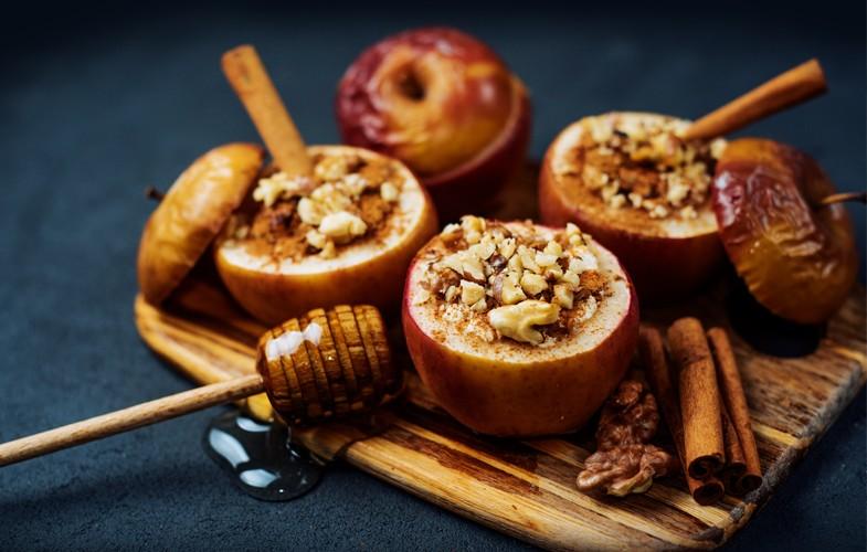 Baked apples with raisins, walnuts, cinnamon and honey