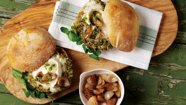 Pesto and goats' cheese mushroom burgers with caramelised shallot topping